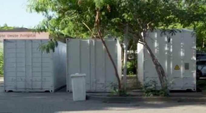 Ba container đựng thi thể nạn nhân Covid-19 được đặt bên ngoài bệnh viện ở Rio de Janeiro. Ảnh: CNN.