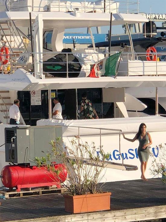 Hôm 23/6, C. Ronaldo và Georgina Rodriguez được trông thấy lên du thuyền, chuẩn bị cho chuyến đi biển ngắn ngày trước khi trở lại tập luyện vào ngày 26/6. Bạn gái chân sút Juventus mặc bộ váy bó sát phô diễn thân hình bốc lửa.
