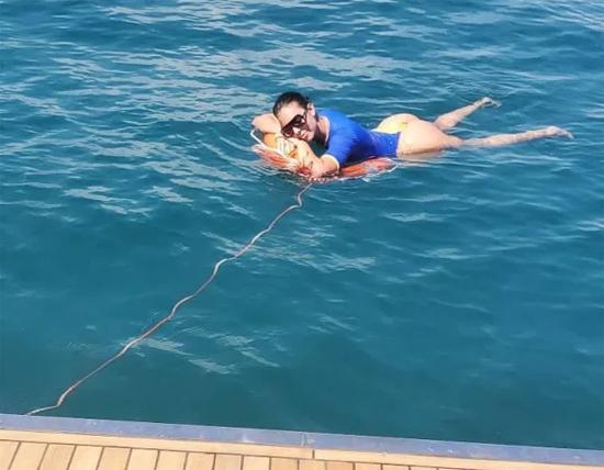 Bà mẹ một con khoe vòng ba nóng bỏng khi thả mình trên phao bơi thư giãn giữa biển khơi.
