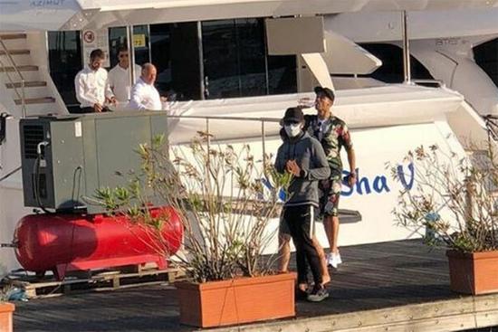 C. Ronaldo và cậu cả Cristiano Jr xuất hiện sau đó. Không rõ ba nhóc còn lại là Eva, Mateo và Alana Martina có đi chơi cùng bố mẹ và anh hay không.