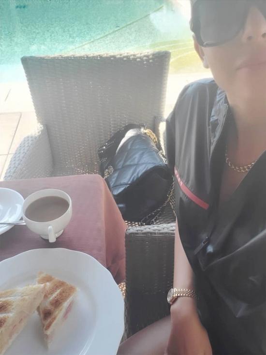 Người đẹp sau đó đăng ảnh mặc đồ hiệu thưởng thức bữa sáng trên du thuyền.