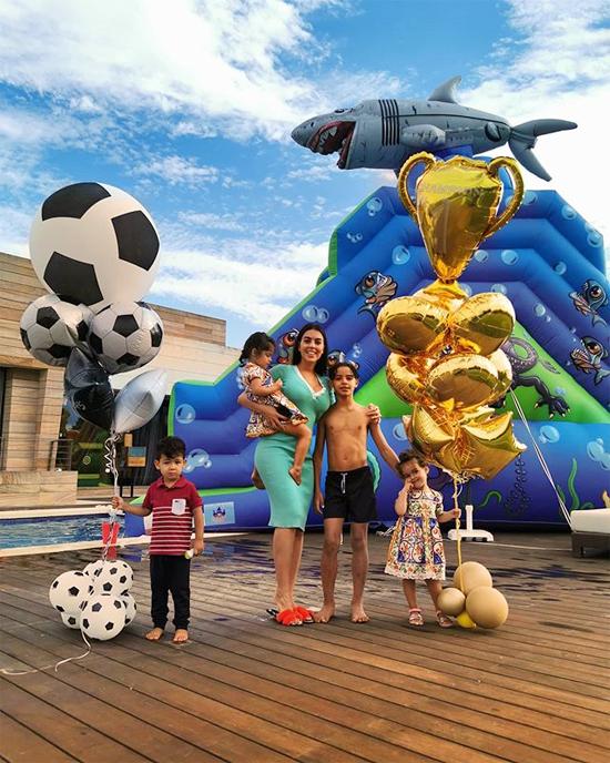 Một tuần trước, người yêu CR7 hé lộ không gian tiệc sinh nhật tuổi lên 10 của cậu cả Cristiano Jr. Tờ AS cho biết, cả nhà siêu sao Bồ Đào Nha trở về Madrid, Tây Ban Nha, tổ chức tiệc trong biệt thự của anh ở khu La Finca sầm uất.