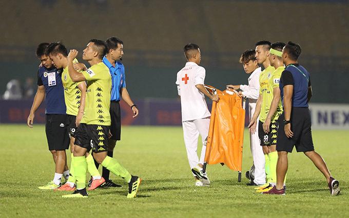 Cầu thủ Hà Nội được đồng đội và bác sĩ của họ dìu ra sân, không cần tới đội khiêng cáng. Vụ việc khiến trận đấu được bù giờ tới 9 phút. Ở phút bù giờ cuối cùng, tiền đạo Rimario ghi bàn ấn định chiến thắng 2-0 cho đội khách.