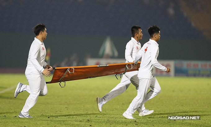 Đội nhân viên khiêng cáng tức tốc chạy vào để đưa các cầu thủ ra khỏi sân.