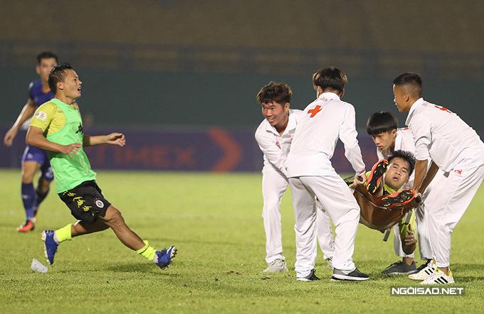 Trông thấy vậy, Thành Lương - cầu thủ đã được thay ra, từ khu kỹ thuật của đội khách chạy vào sân phản đối.