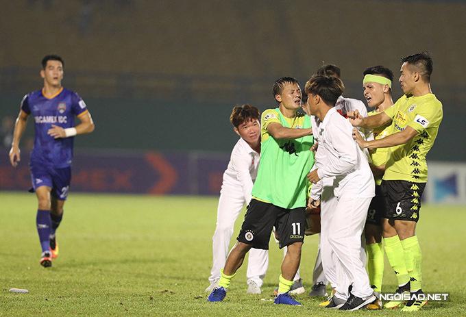 Quang Hải cũng xông tới để bảo vệ đồng đội.