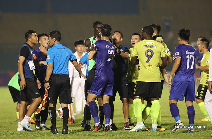 Tiền đạo Tiến Linh, cực cãi, xô xát với cầu thủ Hà Nội.