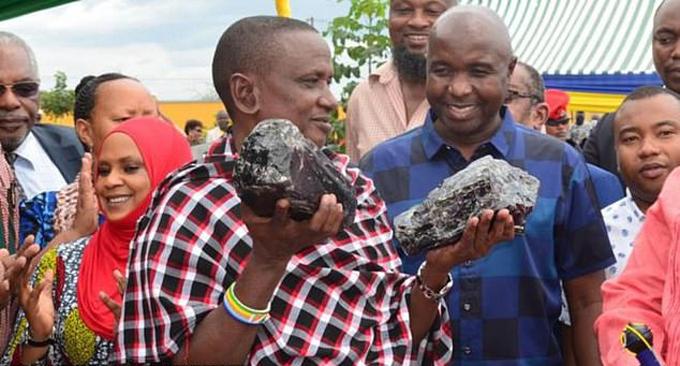 Anh Saniniu Laizer khoe hai khối đá quý đào được hôm 24/6. Ảnh: Reuters.
