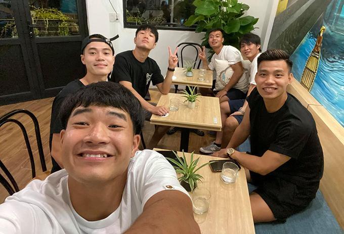 Đức Chinh selfie cùng nhóm cầu thủ HAGL trong quán cà phê ở Đà Nẵng. Ảnh: HĐC.