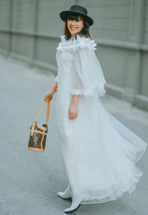 Hoa hậu Quý bà Hoàn vũ Việt Nam 2016 Hằng Nguyễn là nhà thiết kế nhưng thường xuyên mặc đồ của Võ Công Khanh. Cô được đồng nghiệp cùng quê làm riêng nhiều trang phục phù hợp tính cách, sở thích.
