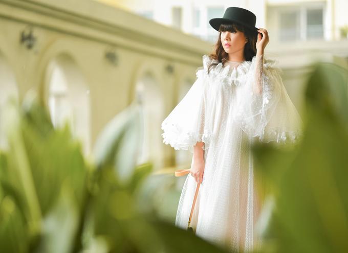 Bà mẹ một con chuộng váy freesize rộng rãi, thoải mái khi di chuyển. Cô yêu thích chất liệu mỏng, nhẹ, phù hợp với thời tiết Sài Gòn quanh năm ấm áp.