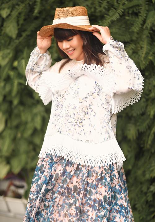 Ở tuổi trung niên, Hoa hậu Quý bà Hoàn vũ Việt Nam 2016 vẫn thích gu thời trang điệu đà, nữ tính.
