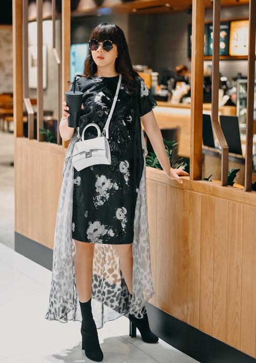 Người đẹp thường phố váy áo của Võ Công Khanh với phụ kiện kính mát, bốt, túi xách của các thương hiệu lừng danh thế giới.