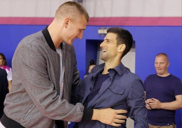 Sao bóng rổNikola Jokic và Djokovic ôm nhau chào hỏi hôm 11/6. Ảnh: DM.