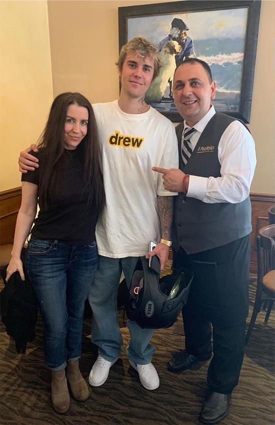 Justin đưa mẹ đi ăn trưa ở nhà hàng tại Los Angeles hôm 23/6.