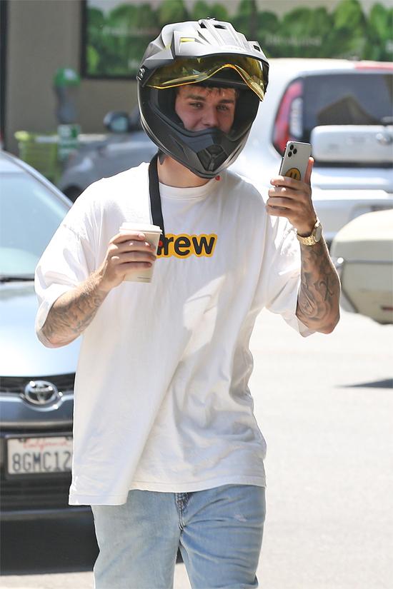 Trong khi vợ đi vắng, Justin ra phố uống cafe, tới phòng thu âm giao lưu với bạn bè.
