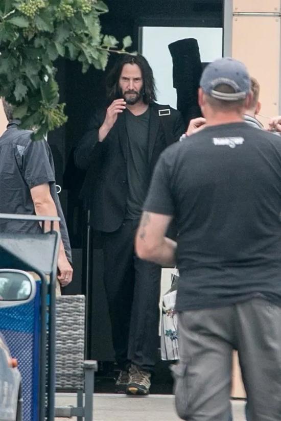 Keanu Reeves đến Berlin, Đức vào cuối tuần trước cùng đoàn làm phim The Matrix.