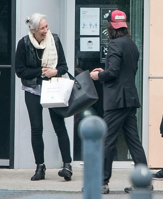 Cả hai vui vẻ trò chuyện với đoàn làm phim và trông rất hạnh phúc bên nhau.