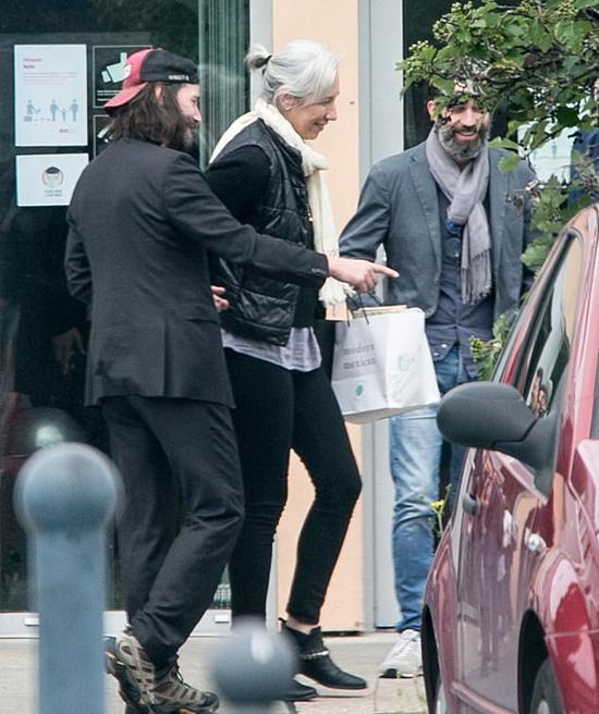 Alexandra Grant 47 tuổi, kém Keanu Reeves 8 tuổi. Mái tóc màu bạch kim khiến cô trông già hơn so với tuổi thực. Hai người quen nhau 10 năm nay nhưng chính thức hẹn hò khoảng hai năm. Tháng 11 năm ngoái, Keanu công khai mối quan hệ với Alexandra khi nắm tay cô trên thảm đỏ lễ trao giải ở Los Angeles.