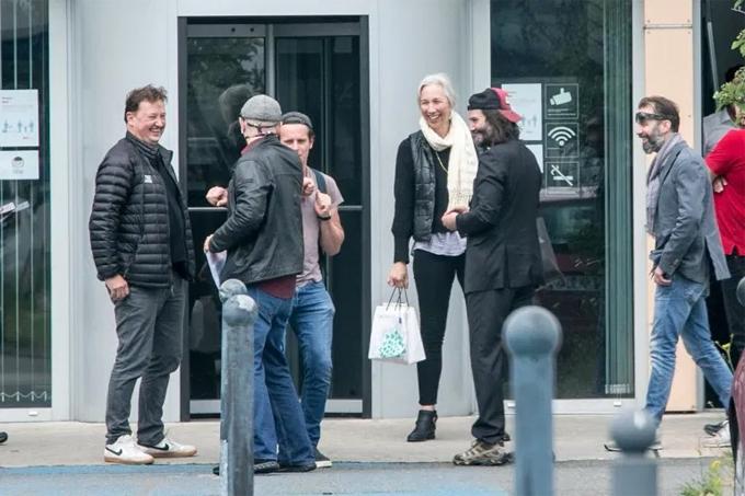 Bạn gái luôn song hành với Keanu Reeves trong mọi sự kiện và giống như một người bạn tâm giao của anh. Trước đây cô cũng thường xuyên có mặt ở trường quay John Wick để hỗ trợ Keanu. Nữ họa sĩ được miêu tả là người ấm áp và cởi mở, có tâm hồn nghệ sĩ đồng điệu với nam diễn viên Hollywood. Cô đã giúp Keanu vượt qua nỗi buồn của những bi kịch anh từng chịu đựng trong quá khứ.