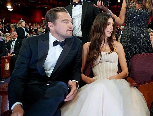 Tài tử ngồi cạnh bạn gái tại lễ trao giải Oscar hồi tháng 2. Leo đã không đưa cô gái nào đến cùng ở Oscar trong suốt 15 năm.