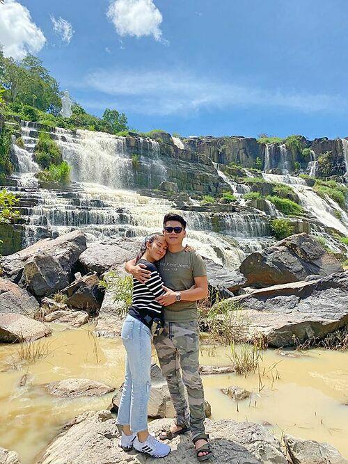 Diễn viên Lê Phương và chồng trẻ tình cảm khi pose hình kỷ niệm ở Đà Lạt.