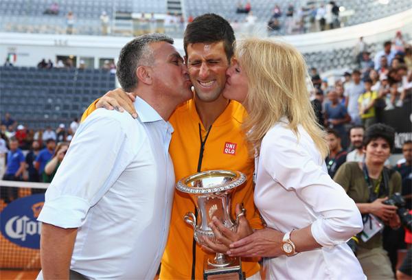 Novak Djokovic bên bố mẹ. Ảnh: ES.