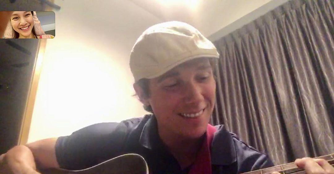 Jack đàn hát cho Hoàng Oanh nghe khi chưa thể về Việt Nam.