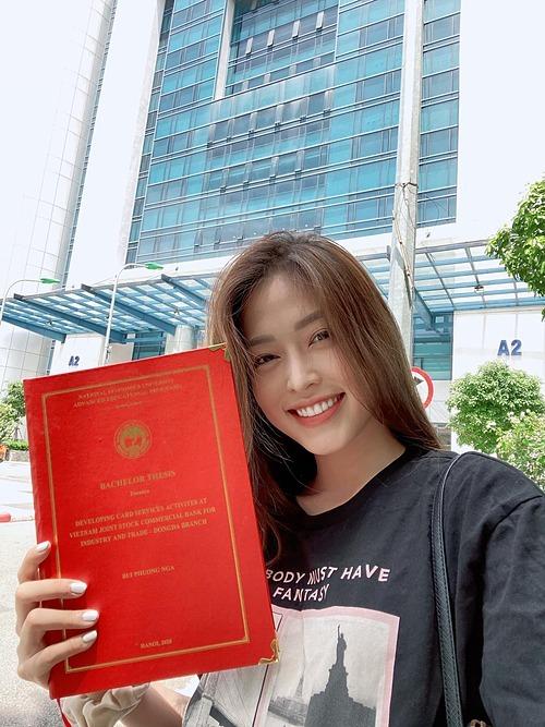 Á hậu Bùi Phương Nga nhận bằng tốt nghiệpĐại học Kinh tế quốc dân(Hà Nội).
