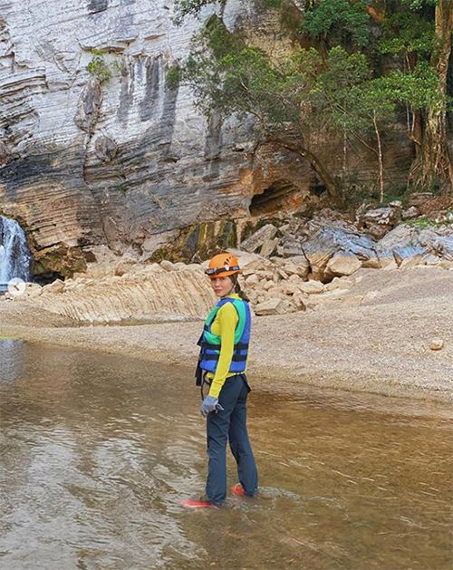 Tăng Thanh Hà ngỡ ngàng với cảnh đẹp khi trekking ở Quảng Bình. Ngọc nữ viết: Có những nơi khi đặt chân đến khiến mình lặng người không nói nên lời bởi không tin vào mắt mình sao nơi đây lại đẹp đến thế.