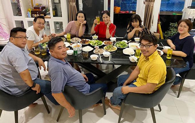 Đào Vân Anh (áo đỏ) vui vẻ ăn tối cùng gia đình Trịnh Kim Chi và những người thân của vợ chồng Á hậu.
