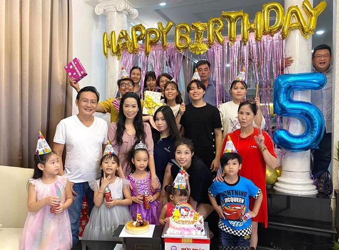 Do vẫn trong thời gian dịch bệnh nên năm nay vợ chồng Trịnh Kim Chi chỉ mời một vài người bạn đến ăn mừng tuổi mới của bé Ánh Vy. Những năm trước gia đình nữ diễn viên hay đãi tiệc ở nhà hàng lớn.