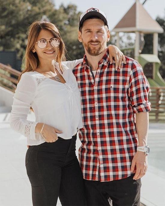 Hôm 24/6, vợ đăng ảnh chụp bên Messi và gửi lời chúc mừng sinh nhật tới anh. Chúc mừng tình yêu của cuộc đời em. Chúng ta sẽ ăn mừng hôm nay, ngày mai và mãi mãi về sau. Cảm ơn anh rất nhiều, em yêu anh, người đẹp viết. Antonella và Messi là bạn từ ngày nhỏ, lớn lên cùng nhau. Cặp đôi công khai tình yêu hơn 10 năm trước nhưng mới tổ chức đám cưới mùa hè 2017 và có ba cậu con trai.