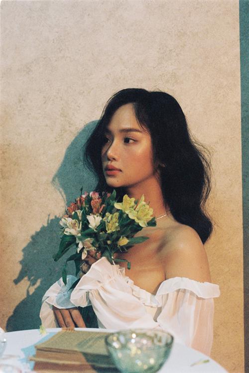 Miu Lê không mất nhiều thời gian để thực hiện những bức ảnh này vì khi chụp ảnh, cô cảm thấy như mình có cơ hội bộc lộ một con người khác - ngọt ngào, nữ tính và cũng có những lúc suy tư.