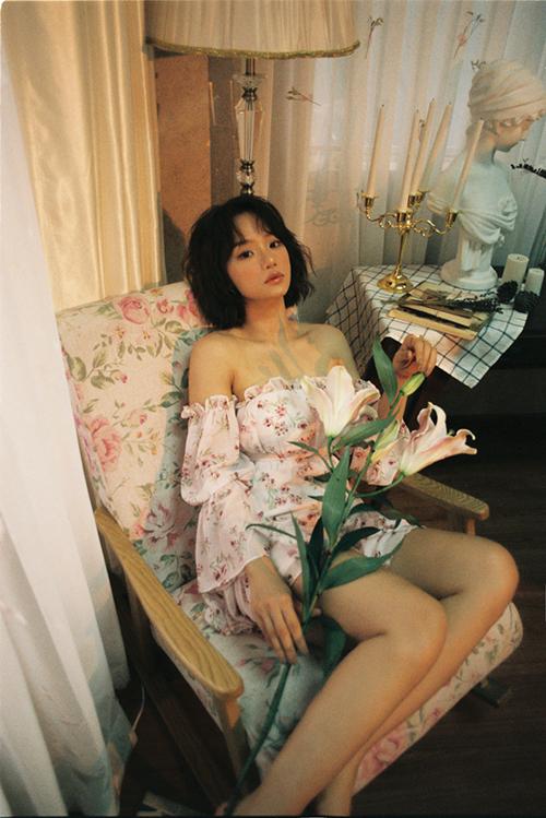 Váy hoa nhí dáng cổ điển với chi tiết bèo nhún điệu đà vừa khai thác vẻ gợi cảm vừa khiến Miu Lê dịu dàng và nữ tính hơn.