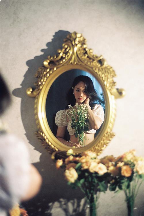 Bộ ảnh được thực hiện với sự hỗ trợ của nhiếp ảnh Quảng Nhật Thi, stylist Panda, trang điểm Soll, làm tóc Nguyễn Chánh Tín, trợ lýHồ Hải Triều - Biu.