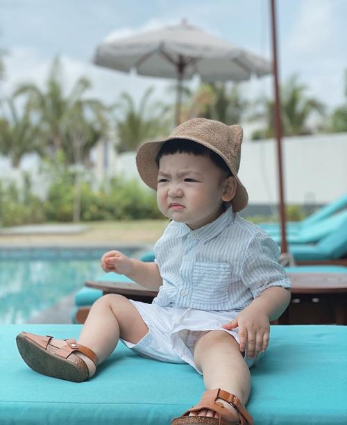 Biểu cảm mặt xấu của Kem ở hồ bơi khiến fan không nhịn được cười.