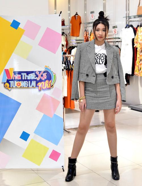 Ngọc Lan Vy chọn trang phục kiểu vest thanh lịch, khoe chân dài trong lần đầu thử sức dẫn chương trình. Với chiều cao 1,73 m cô bé được nhận xét sắc vóc không kém các đàn chị trưởng thành.