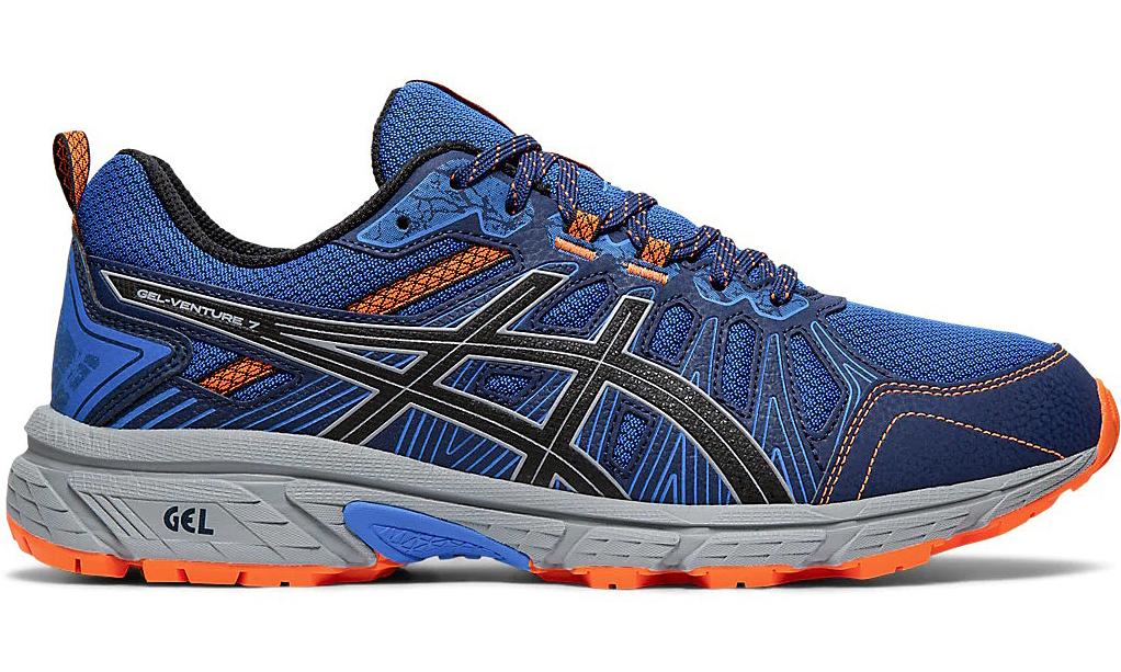 Giày thể thao chạy bộ Asics Gel -Venture 7 1011A560-400đãlọt vào top 4bảng xếp hạng những đôi giày chạy địa hìnhtốt nhất thế giới của website Run Repeat. Bộ đệm (cushioning) với công nghệ Rarefoot Gel Cushioning giúp giảm gia chấn cho đôi chân, hỗ trợ cho bàn chân di chuyển nhẹ nhàng. Đế giàytrang bị miếng đệm với nhiều rãnh được khắc mạnh,vừa tạo cảm giác êm, vừatăng chiều cao cho người mang, vừa tăng khả năng ma sát của giày. Giàycó thể sử dụng tốt trên các loại địa hình hỗn hợp, từ mặt đường cứng, cho đến bề mặt trơn trượt, đường đá lớn hoặc lầy lội.Sản phẩm có các size từ 39 đến 44, đang được bán ưu đãi 37%, còn 1.349 triệu đồng.