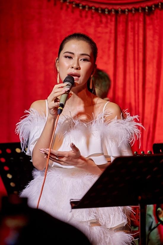 Vất vả với nghề nhưng Hà Nhi không muốn từ bỏ nghệ thuật. Từ một ca sĩ đi hát không ai biết là ai, phải có khách mời mới bán được vé, hiện tên của tôi có thể đứng một mình. Điều đó khiến tôi rất hạnh phúc.