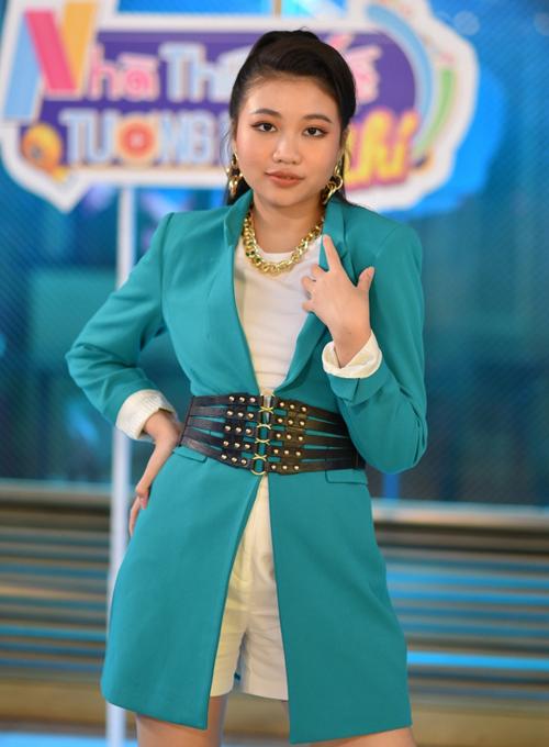 [Caption]Ngoài ra, Ngọc Lan Vy còn khám phá lĩnh vực điện ảnh với vai công chúa Nhàn Yên trong phim cung đấu Phượng khấu. Cô bé cũng hoàn thành vai nữ chính trong phim điện ảnh hợp tác Thái Lan – Việt Nam là Side Seeing sẽ ra mắt trong năm 2020 và một dự án điện ảnh khác cũng sẽ bấm máy trong thời gian sắp tới.  Để khuyến khích con gái theo đuổi đam mê, gia đình Ngọc Lan Vy đã lên kế hoạch cho cô bé sang Mỹ học tại các trường đào tạo diễn xuất chuyên nghiệp trong tương lai.