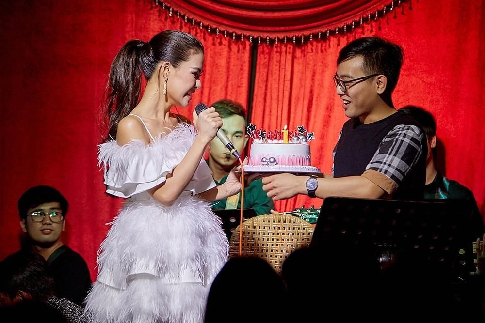 Trong đêm nhạc, giọng ca Nghệ An trình bày nhiều ca khúc: Dĩ vãng nhạt nhoà, Em kể anh nghe, Cánh đồng hoa tuyết... Sau đó, Hà Nhi được êkíp chuẩn bị bánh kem, chúc mừng tròn một năm cô vào Sài Gòn theo đuổi ca hát.