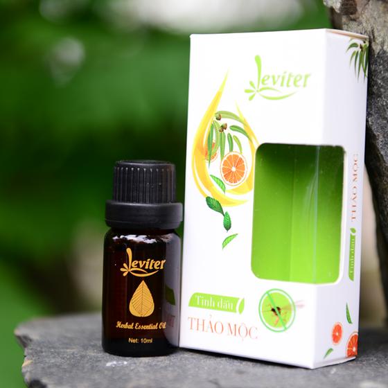 Tinh dầu thảo mộc 6 trong 1 10ml kháng khuẩn, đuổi muỗi, xông thơm phòng Leviter giảm 47% còn 79.000 đồng; hỗn hợp từ tinh dầu sả chanh, sả java, bạc hà, bạch đàn chanh, khuynh diệp và cam ngọt có nguồn gốc tự nhiên, không gây ảnh hưởng đến môi trường.