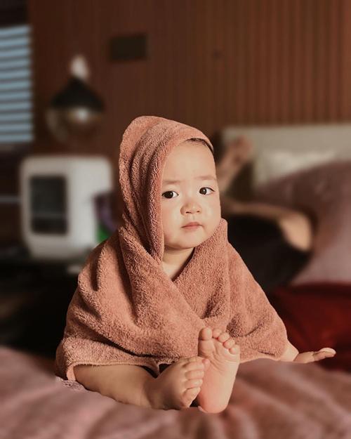 Kem tự tin nhìn vào ống kính của mẹ khi vừa tắm xong.