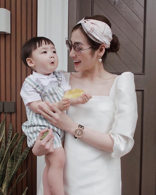 Từ khi có con, Tú Anh chia sẻ mình bận rộn hơn trước nhưng lúc nào tổ ấm cũng đầy ắp tiếng cười. Bé Kem hay có các biểu cảm ngộ nghĩnh, đáng yêu.