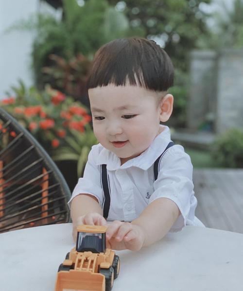 Cậu bé rất dễ cười và thường cười tít mắt khi chơi đùa cùng bố mẹ, ông bà.