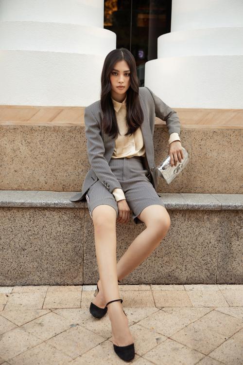 Hoa hậu Đỗ Mỹ Linh, Tiểu Vy đọ street style - 10