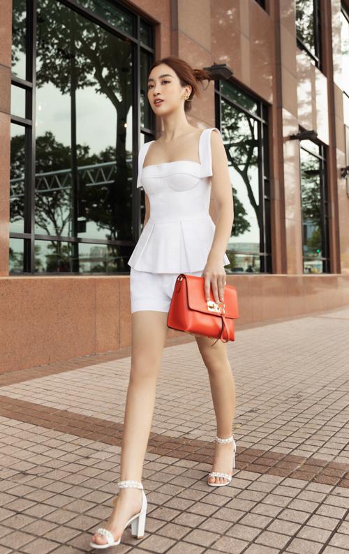 Hoa hậu Đỗ Mỹ Linh, Tiểu Vy đọ street style - 16