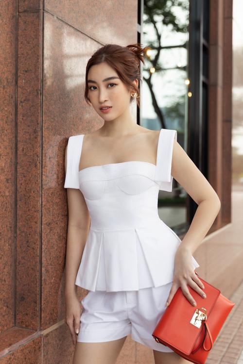 Hoa hậu Đỗ Mỹ Linh, Tiểu Vy đọ street style - 18