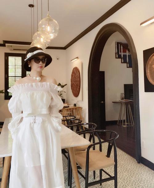 Trong các nhà mốt Việt, Giáng My dành nhiều tình cảm cho các thiết kế của cặp đôi Vũ Ngọc và Son. Người đẹp không tuổi thường xuyên chọn lựa các mẫu váy của hai nhà mốt này để chưng diện ở nhiều bối cảnh khác nhau.